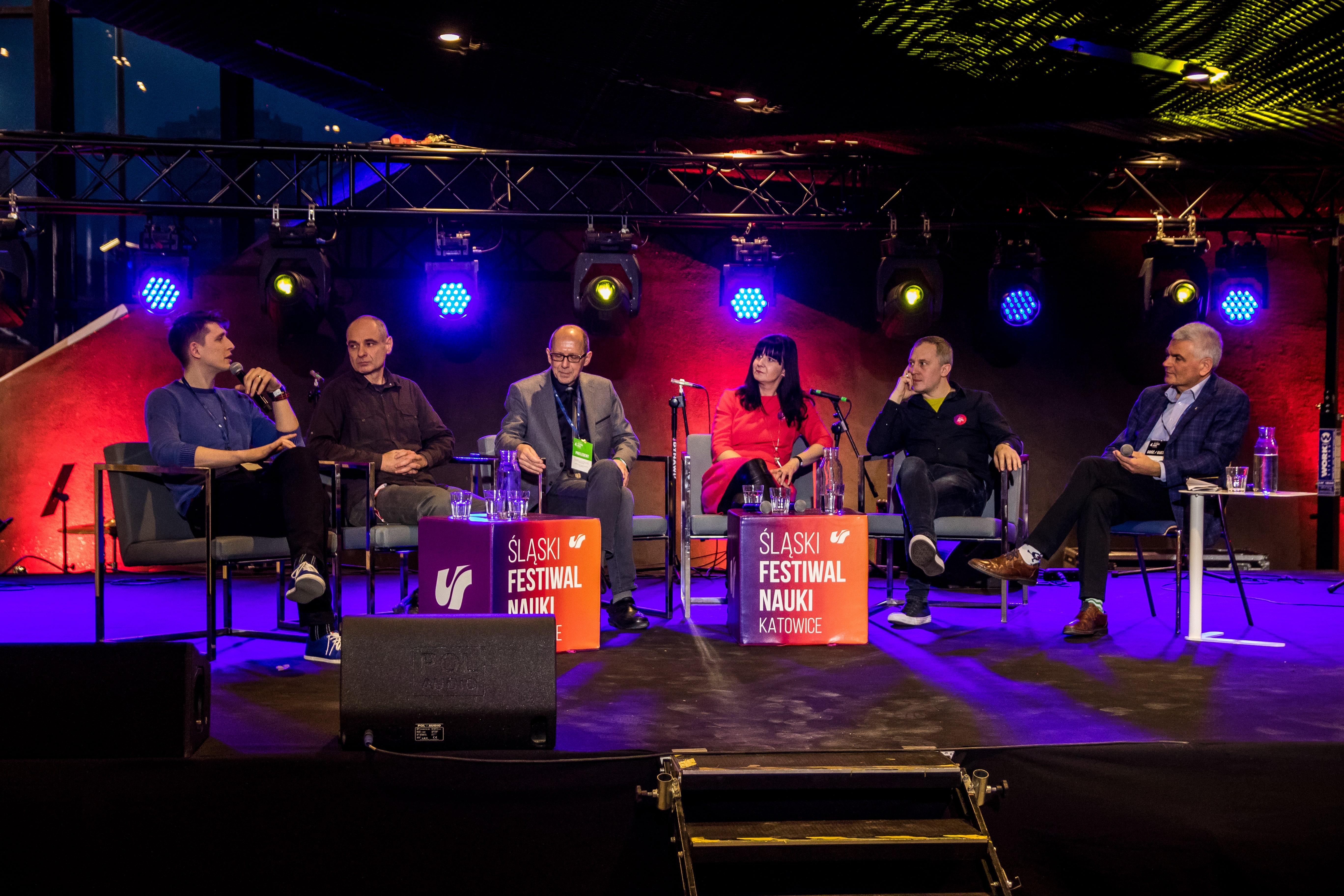 Na scenie siedzą laureaci konkursu POP Science w roku 2020 oraz prowadzący debatę Edwin Bendyk